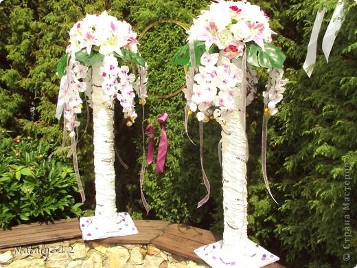 Такие вот колонны получились из сантехнических труб, ткани, вымоченной в ПВА, искусственных цветов, лент и декоративных камешков. фото 1