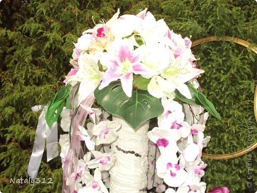 Такие вот колонны получились из сантехнических труб, ткани, вымоченной в ПВА, искусственных цветов, лент и декоративных камешков. фото 2