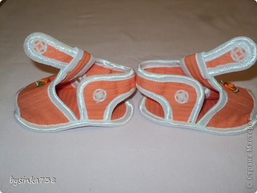 Такие крохотные босоножки я шила своей маленькой дочурке. Нам 5,5 месяцев, ходить мы еще пока не умеем, но мне очень нравится, как на детских ножках смотрится такая крохотная обувка! Тем более, что на рынке такого не купишь...  Выкройки нашла на бескрайних просторах интернета. фото 18