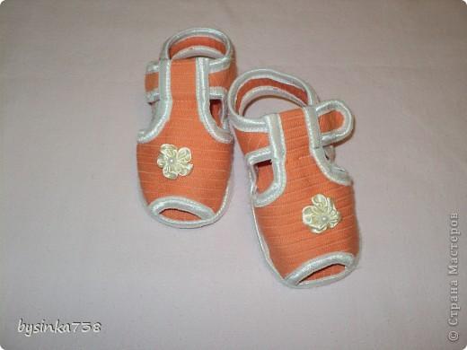 Такие крохотные босоножки я шила своей маленькой дочурке. Нам 5,5 месяцев, ходить мы еще пока не умеем, но мне очень нравится, как на детских ножках смотрится такая крохотная обувка! Тем более, что на рынке такого не купишь...  Выкройки нашла на бескрайних просторах интернета. фото 20