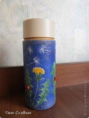 Очарованная работами Ирины Липовой ( http://stranamasterov.ru/node/353627 ), где использовался  крашеный горох в декоре банок, я тоже украсила баночки, используя горох. Спасибо Ирине за вдохновение! На этой терракотовой баночке из-под кофе : стручки гороха и листочки нарисованы акриловыми красками, а сам горошек и божьи коровки - собственно крашеный сушеный горох. фото 10