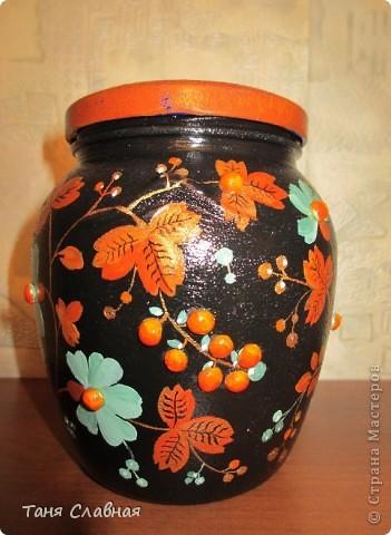 Очарованная работами Ирины Липовой ( http://stranamasterov.ru/node/353627 ), где использовался  крашеный горох в декоре банок, я тоже украсила баночки, используя горох. Спасибо Ирине за вдохновение! На этой терракотовой баночке из-под кофе : стручки гороха и листочки нарисованы акриловыми красками, а сам горошек и божьи коровки - собственно крашеный сушеный горох. фото 7