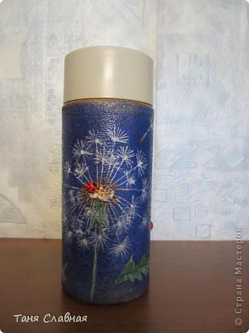 Очарованная работами Ирины Липовой ( http://stranamasterov.ru/node/353627 ), где использовался  крашеный горох в декоре банок, я тоже украсила баночки, используя горох. Спасибо Ирине за вдохновение! На этой терракотовой баночке из-под кофе : стручки гороха и листочки нарисованы акриловыми красками, а сам горошек и божьи коровки - собственно крашеный сушеный горох. фото 12