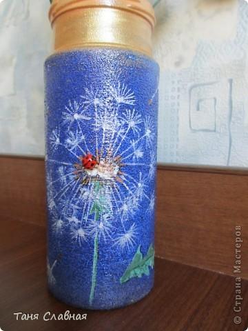 Очарованная работами Ирины Липовой ( http://stranamasterov.ru/node/353627 ), где использовался  крашеный горох в декоре банок, я тоже украсила баночки, используя горох. Спасибо Ирине за вдохновение! На этой терракотовой баночке из-под кофе : стручки гороха и листочки нарисованы акриловыми красками, а сам горошек и божьи коровки - собственно крашеный сушеный горох. фото 9