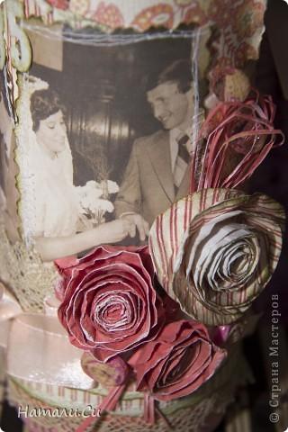 """В воскресенье мои свекры будут отмечать 35 лет совместной жизни...в народе такая свадьба называется коралловой,но называется она так """"модно"""" не так давно...до 19 века такую свадьбу называли полотняной...Думали мы думали, что презентовать, и в интернете увидели,что к такой дате хороший подарок от детей-бутылка красного ...ну тут понимаете,что все встало на свои места и работа закипела))) Считается,что цвет коралла красный,но у меня ассоциативно коралловый цвет вот именно такой...к тому же все красные оттенки,которые я примеряла к бутылке находили у меня другое название...алый, бордовый, пурпурный...и я решила следовать своим ощущениям,а неяркий цвет поддержать винтажем...сказано-сделано... Бутылка покрашена акриллом...цвет смешивала сама, в тон бумаге... Сама бумага двух принтов, в полосочку и в цветочек...дань мужскому и женскому началу...а еще и та и другая очень похожи на ткань (свадьба же полотняная) или обои 70-х годов...ведь именно в те годы свадьба и состоялась... фото 5"""