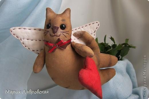 Тильдовские игрушки оказались очень и очень заразительной вещью... Не могу остановиться...  Вот, что из этого получается... Летящие  коты  окрашены кофейно-ванильной смесью, тонированы акриловыми красками, стеклянные глазки, ткань для крылышек окрашена заваркой. фото 2