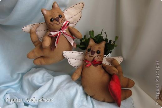 Тильдовские игрушки оказались очень и очень заразительной вещью... Не могу остановиться...  Вот, что из этого получается... Летящие  коты  окрашены кофейно-ванильной смесью, тонированы акриловыми красками, стеклянные глазки, ткань для крылышек окрашена заваркой. фото 1