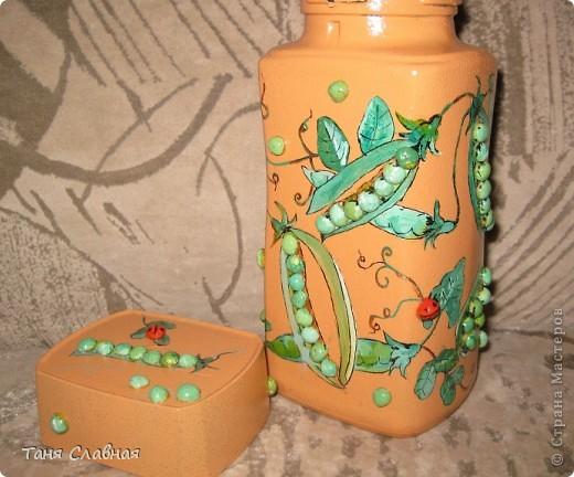 Очарованная работами Ирины Липовой ( http://stranamasterov.ru/node/353627 ), где использовался  крашеный горох в декоре банок, я тоже украсила баночки, используя горох. Спасибо Ирине за вдохновение! На этой терракотовой баночке из-под кофе : стручки гороха и листочки нарисованы акриловыми красками, а сам горошек и божьи коровки - собственно крашеный сушеный горох. фото 1