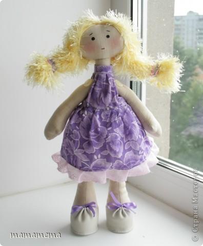 Давно, ну просто очень давно хотела я сшить такую куклу! Выкройку нашла совсем недавно, а тут Ольга Запонова объявила совместный пошив, и я решилась. Вот такая получилась не Снежка, а Солнышка (домашнего питомца одолжили для фотосессии у новой хозяйки куклы-моей дочки))) фото 2