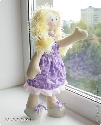 Давно, ну просто очень давно хотела я сшить такую куклу! Выкройку нашла совсем недавно, а тут Ольга Запонова объявила совместный пошив, и я решилась. Вот такая получилась не Снежка, а Солнышка (домашнего питомца одолжили для фотосессии у новой хозяйки куклы-моей дочки))) фото 3