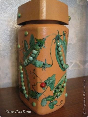 Очарованная работами Ирины Липовой ( http://stranamasterov.ru/node/353627 ), где использовался  крашеный горох в декоре банок, я тоже украсила баночки, используя горох. Спасибо Ирине за вдохновение! На этой терракотовой баночке из-под кофе : стручки гороха и листочки нарисованы акриловыми красками, а сам горошек и божьи коровки - собственно крашеный сушеный горох. фото 2