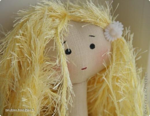 Давно, ну просто очень давно хотела я сшить такую куклу! Выкройку нашла совсем недавно, а тут Ольга Запонова объявила совместный пошив, и я решилась. Вот такая получилась не Снежка, а Солнышка (домашнего питомца одолжили для фотосессии у новой хозяйки куклы-моей дочки))) фото 9