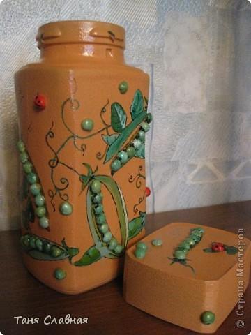 Очарованная работами Ирины Липовой ( http://stranamasterov.ru/node/353627 ), где использовался  крашеный горох в декоре банок, я тоже украсила баночки, используя горох. Спасибо Ирине за вдохновение! На этой терракотовой баночке из-под кофе : стручки гороха и листочки нарисованы акриловыми красками, а сам горошек и божьи коровки - собственно крашеный сушеный горох. фото 3