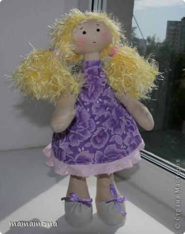 Давно, ну просто очень давно хотела я сшить такую куклу! Выкройку нашла совсем недавно, а тут Ольга Запонова объявила совместный пошив, и я решилась. Вот такая получилась не Снежка, а Солнышка (домашнего питомца одолжили для фотосессии у новой хозяйки куклы-моей дочки))) фото 10