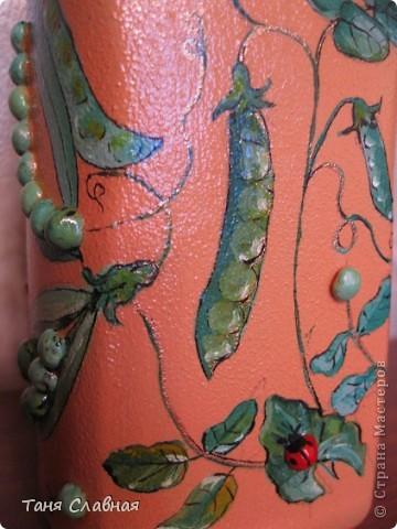 Очарованная работами Ирины Липовой ( http://stranamasterov.ru/node/353627 ), где использовался  крашеный горох в декоре банок, я тоже украсила баночки, используя горох. Спасибо Ирине за вдохновение! На этой терракотовой баночке из-под кофе : стручки гороха и листочки нарисованы акриловыми красками, а сам горошек и божьи коровки - собственно крашеный сушеный горох. фото 4