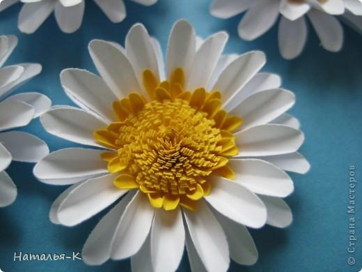 Приглашаю всех, (кому интересно) в мою ,,рабочую кухню,, Сегодня предлагаю вам ,,рецепт,, - ромашка из дырокольных цветов. Ромашки делала для этой картины    http://stranamasterov.ru/node/378810 фото 6