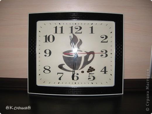 Доброй ночи Страна! Очень хочется показать вам наши новые часы. Они конечно совсем не новые,  прослужили на кухне мамы уже несколько лет, к сожалению я забыла сфотографировать их до того как мы их немного приукрасили. Но они были самые простые белые без каких либо чашек и кофе. фото 1
