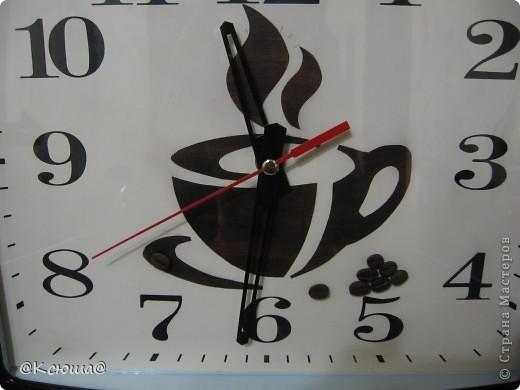 Доброй ночи Страна! Очень хочется показать вам наши новые часы. Они конечно совсем не новые,  прослужили на кухне мамы уже несколько лет, к сожалению я забыла сфотографировать их до того как мы их немного приукрасили. Но они были самые простые белые без каких либо чашек и кофе. фото 2