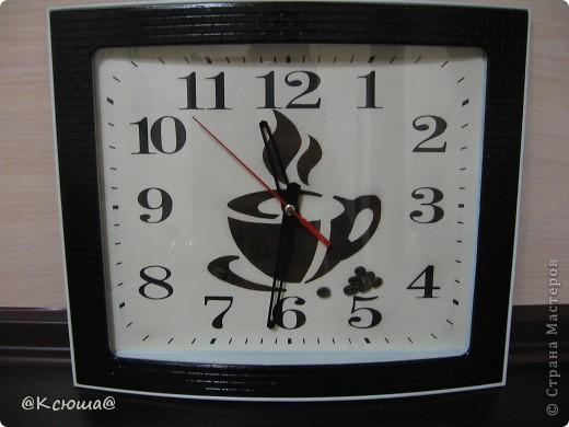 Доброй ночи Страна! Очень хочется показать вам наши новые часы. Они конечно совсем не новые,  прослужили на кухне мамы уже несколько лет, к сожалению я забыла сфотографировать их до того как мы их немного приукрасили. Но они были самые простые белые без каких либо чашек и кофе. фото 3