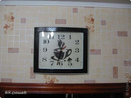 Доброй ночи Страна! Очень хочется показать вам наши новые часы. Они конечно совсем не новые,  прослужили на кухне мамы уже несколько лет, к сожалению я забыла сфотографировать их до того как мы их немного приукрасили. Но они были самые простые белые без каких либо чашек и кофе. фото 4