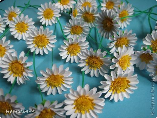 Приглашаю всех, (кому интересно) в мою ,,рабочую кухню,, Сегодня предлагаю вам ,,рецепт,, - ромашка из дырокольных цветов. Ромашки делала для этой картины    http://stranamasterov.ru/node/378810 фото 1