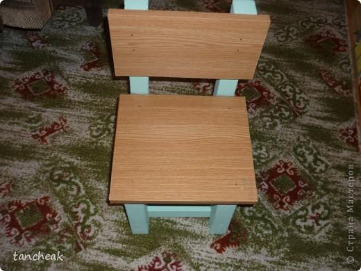 Сделали с мужем стол и стульчик для сына.Покупали ЛДСП.Ножки покрашены водоэмульсионной краской.Сверху разрисовала столешницу.Тематика-мультики.И закрыли оргстеклом. фото 4