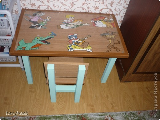 Сделали с мужем стол и стульчик для сына.Покупали ЛДСП.Ножки покрашены водоэмульсионной краской.Сверху разрисовала столешницу.Тематика-мультики.И закрыли оргстеклом. фото 1