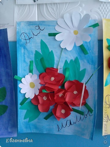 На районный конкурс нужно было сделать открытки для мам, но ошиблись с форматом (размером). Долго не горевали. Эти открытки девочки подарили своим мамам, а на район сделали немного похожие, но с правильным форматом. Идею подсмотрели, но где не помню.  фото 2