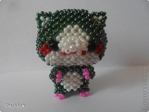 Долго думала кто следующий в моей маленькой коллекции игрушек по китайским схемам и решила...ещё один котик.Бисер очень интересный-сам зеленый внутри покрашен тёмно - малиновым.Сплела его за 4 неполных дня.Очень нравится плести такие игрушки! фото 3