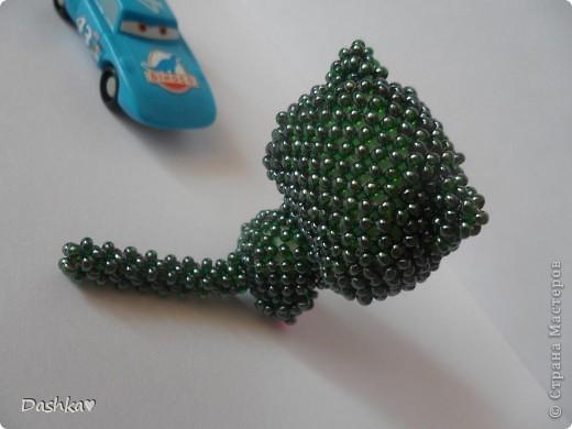 Долго думала кто следующий в моей маленькой коллекции игрушек по китайским схемам и решила...ещё один котик.Бисер очень интересный-сам зеленый внутри покрашен тёмно - малиновым.Сплела его за 4 неполных дня.Очень нравится плести такие игрушки! фото 2