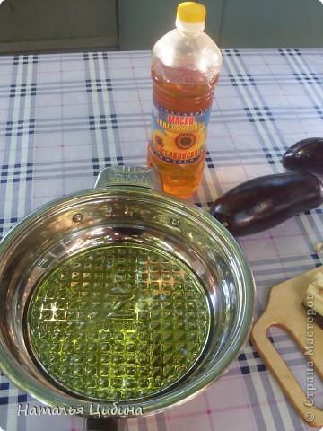 Всем приветик! Хочу поделиться с вами рецептом овощной и очень вкусной икры и своим рецептом малосольных огурчиков! Для икры нам понадобится 4 баклажана, 4-5 болгарского перца, 4-5 помидоров, 3-4 головки лука и 1 головка чеснока, растительное масло и соль. фото 4