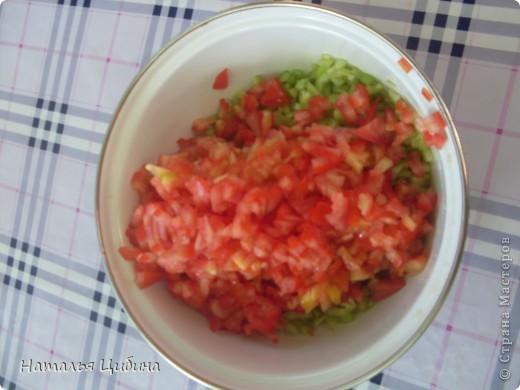 Всем приветик! Хочу поделиться с вами рецептом овощной и очень вкусной икры и своим рецептом малосольных огурчиков! Для икры нам понадобится 4 баклажана, 4-5 болгарского перца, 4-5 помидоров, 3-4 головки лука и 1 головка чеснока, растительное масло и соль. фото 9