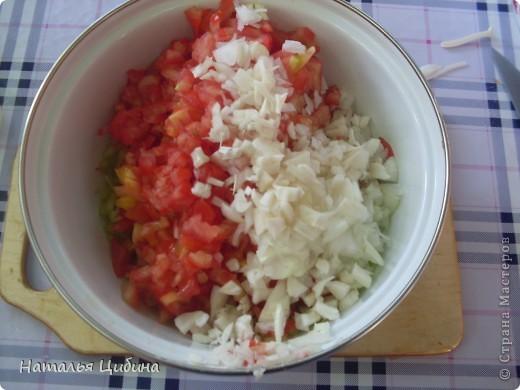 Всем приветик! Хочу поделиться с вами рецептом овощной и очень вкусной икры и своим рецептом малосольных огурчиков! Для икры нам понадобится 4 баклажана, 4-5 болгарского перца, 4-5 помидоров, 3-4 головки лука и 1 головка чеснока, растительное масло и соль. фото 11