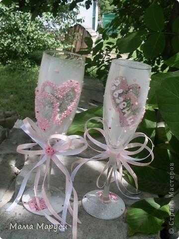 Похожие бокалы,только в белом цвете,я уже делала.Заказчица,увидев их,пожелала себе на свадьбу такие же только в розовом цвете и более пышный бант! фото 2