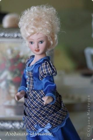 Из неказистой Норы получилась очень симпатичная дамочка. ) Слегка подрисовала губки и лицо озарилось, взгляд стал совсем другим. Добавила на платье кружева и бантики.  фото 6