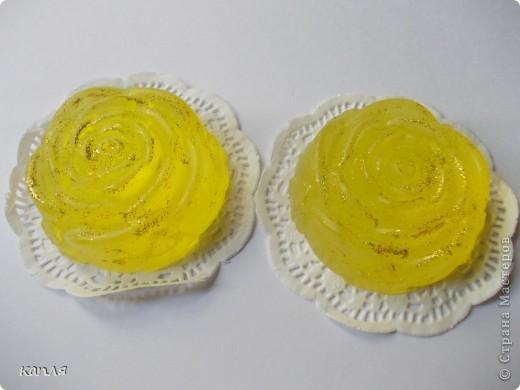 Коробочка для мыльца (мыло варила не я). Мыло делали на продажу, попросили оформить в красивую упаковку. Цветочки самодельные. фото 4