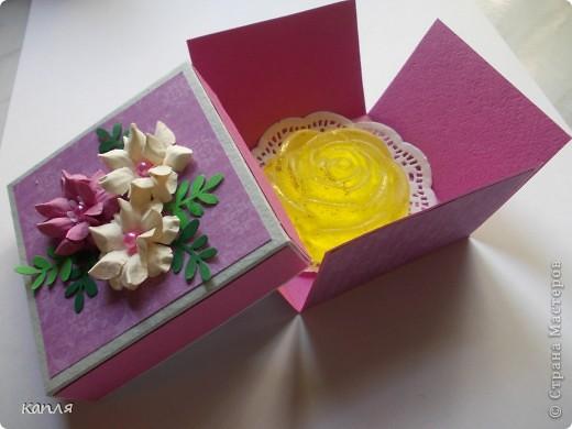 Коробочка для мыльца (мыло варила не я). Мыло делали на продажу, попросили оформить в красивую упаковку. Цветочки самодельные. фото 3