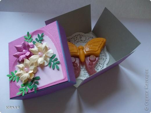 Коробочка для мыльца (мыло варила не я). Мыло делали на продажу, попросили оформить в красивую упаковку. Цветочки самодельные. фото 5