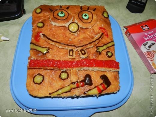 вот такой у нас губка боп получился  к сожалению в садик запретили сливочный или маслянный крем  бисквит украсила пищевыми красками  знаю что получилось не так как хотела ((( но сыну приятно  и понравилось ) фото 1