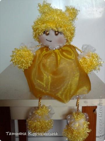 Доброго времени суток всем :) Хочу вам представить на суд кукляшку, которую сшила, буквально за вечер для дочки из остатков всякой-всячины. И вот что у нас получилось: Мы умеем сидеть фото 1