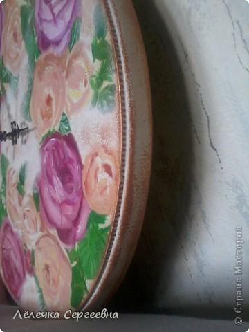 Доброго времени суток!!! Недавно купила заготовку для часов (позарилась на относительную дешевизну), но честно сказать не представляла какие часы хочу сделать. Салфеточки стала перебирать, и совсем не с цветами делать хотела. И наткнулась на эту с розами, и как-то само собой сложилось. Сделала быстро за 3 вечера. Лаком еще не покрывала, матовым хочу (а дома только глянцевый). фото 7