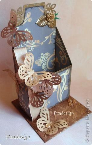 """подставка для визитных карточек - материалы - картон, бумага, края затонированы бронзовой краской, бумага - чернилами, всем известный дырокол -бабочка, самодельный цветочек, подвеска-листик,лента, полубусины, золотистая сухая пудра. С обратной стороны еще висит """"хвост"""" цветочка пока клей еще не высох, отрежем :) и как обычно предмет для сравнения - конфета.  ссылочку на повторюшку даю в конце,  Наталья спасибо!.  фото 1"""