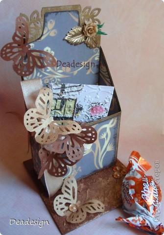 """подставка для визитных карточек - материалы - картон, бумага, края затонированы бронзовой краской, бумага - чернилами, всем известный дырокол -бабочка, самодельный цветочек, подвеска-листик,лента, полубусины, золотистая сухая пудра. С обратной стороны еще висит """"хвост"""" цветочка пока клей еще не высох, отрежем :) и как обычно предмет для сравнения - конфета.  ссылочку на повторюшку даю в конце,  Наталья спасибо!.  фото 3"""