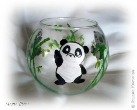 На этот раз выкладываю стекло ))) Начальница попросила разукрасить стакан для подружки её дочери на ДР. А этой подружке очень нравятся панды.  Так и появились эти три милашки ))) Изображение панд из интернета, бамбук выдумывали сами. Эта пандочка завтракает ))) фото 3