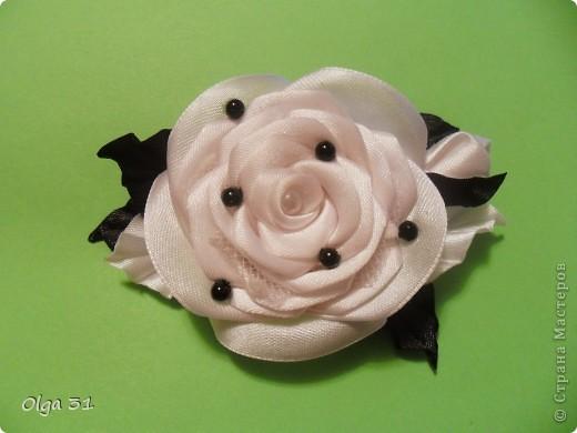 Представляю вашему вниманию небольшой МК по изготовлению вот такой маленькой розы. В диаметре она от 2 до 4 см получается. Можно сделать и больше, все зависит от количества лепестков. фото 11