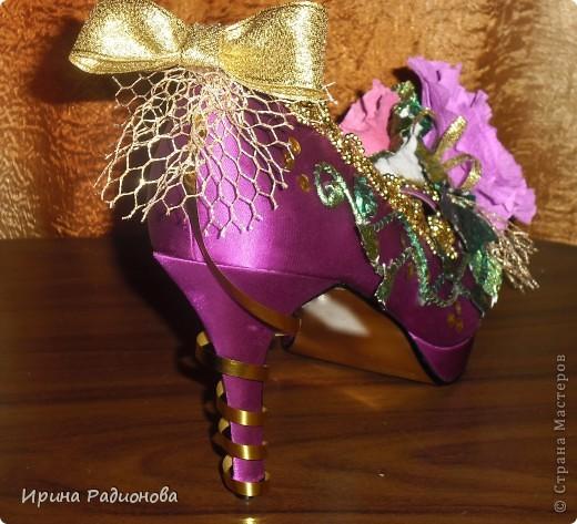 """Моя знакомая, которая работает  в магазине """"Секенд -хенд"""" отдала мне вот такую абсолютно новую  туфельку(попалась в товаре   одна) , я не долго думала, что бы с ней сделать, и решила сделать из нее подарочную упаковку для конфет. Можно  подарить, наполнив вкусными конфетами. фото 13"""