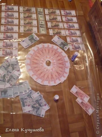 На просторах инета увидела одеяло из денег для молодожёнов, и родилась идея сделать подарочный ковёр ко дню рождения нашей заведующей. фото 3