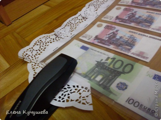 На просторах инета увидела одеяло из денег для молодожёнов, и родилась идея сделать подарочный ковёр ко дню рождения нашей заведующей. фото 14