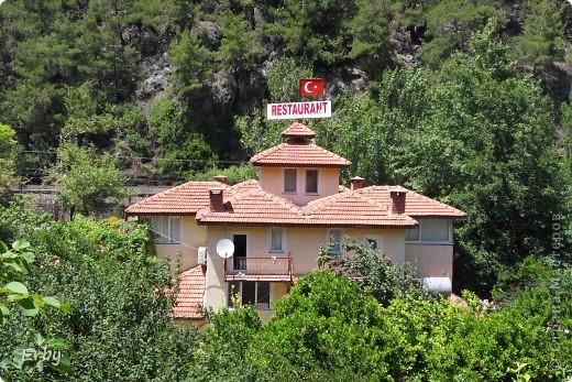 """В Турции очень популярны места отдыха на горных речках. Недавно побывали в одном из них  под названием Дым-чай, недалеко от Алании. На небольшой горной речке (что и есть по-турецки """"чай"""") располагается несколько ресторанов на воде. Они представляют собой плотики под тентом с подушками и столиком посередине. Как правило, есть водные горки для желающих купаться  и надувные шары, забираясь в которые, можно передвигаться по воде, но вода довольно холодная. К подушкам тоже приходится приспосабливаться, так как нам привычным есть за столом тяжело долго сидеть на корточках или по-турецки. Но ощущения замечательные: свежий воздух, запах реки, горы вокруг и вкусная еда.  фото 2"""