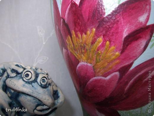 """Привет, дорогие мастерицы! Наконец -то взялась за фотоаппарат. Выставляю на ваше обозрение вазу под кодовым названием """"Водяные лилии"""". Долго к ней шла, потому что весь задний план надо было рисовать (а у меня с этим туго...). Ваза фаянсовая (?фарфоровая), фон акрилом (сверху очень слегка намек на белые облака), стрекоза объемная с серебристыми крылышками, середина цветков тоже слегка объемна. Все цветы дорисованы (т.к. на голубом фоне они сбледнули :)), ну и трава на заднем плане вся нарисована.  фото 3"""